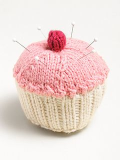 Cupcake Pincushion - free pattern by Susan B Anderson, thanks so for share xox ☆ ★   https://uk.pinterest.com/peacefuldoves/