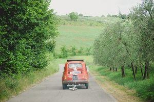 Red Fiat 500 // Italy destination wedding in Arezzo www.landvphotography.it