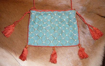 XIII century purse in silk, decorated in gold netting and pearls (French, with illustrations)