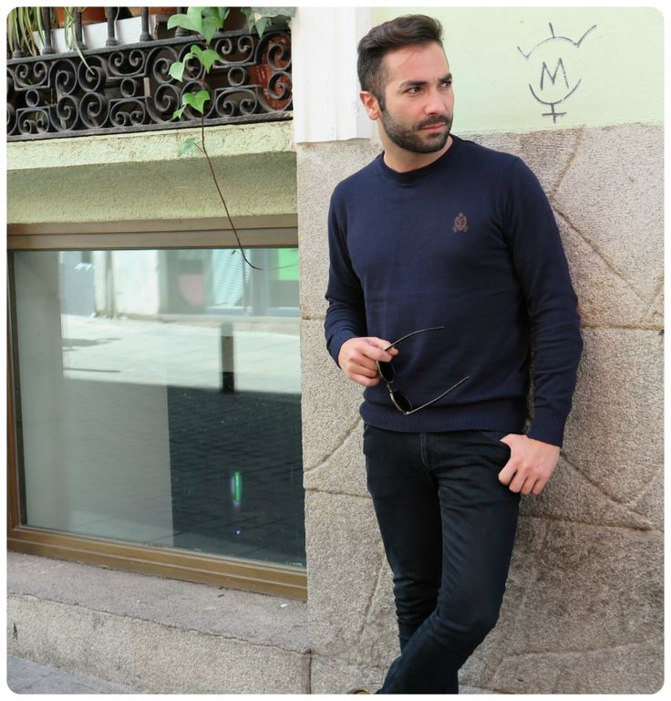 """Javier Bermal de """"Javito&Cool"""" posando en Madrid con el modelo """"Crew_E"""" en color Marino."""