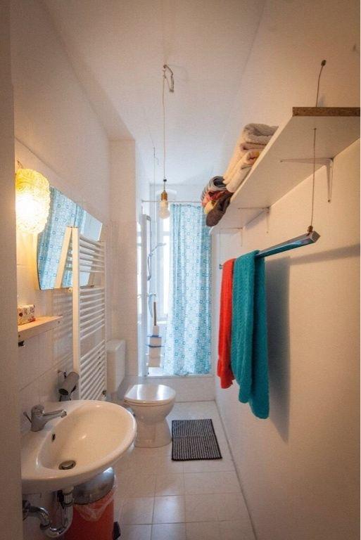 Schmales Altbaubadezimmer Mit Dusche Und Schöner Regalvorrichtung Für  Handtücher. #Altbau #Badezimmer #Regalbau