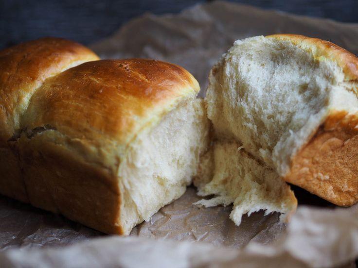 Melkebrød er et utrolig luftig og godt brød. Det er jo en loff, så kanskje ikke hverdagsbrødet. Men, det er bare så godt! Spesielt med brunost på, nam! Og når dette brødet blir tørt så kan du fint lage mye annet ut av det. Feks brødsmuler som du kan dekke kylling med, eller arme riddere. …