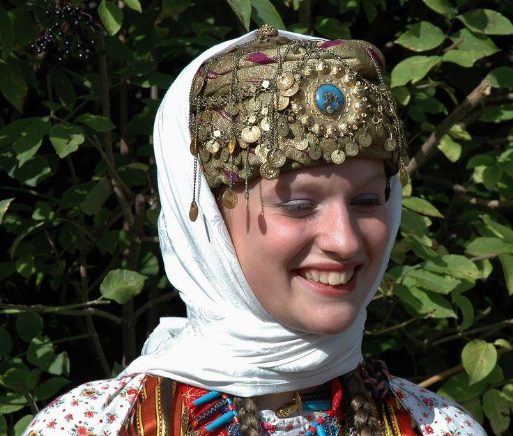 Traditionnal festive headdress - Adiyaman / Turkey.  20th century. (Kavak Folklor Ekibi - Antwerpen/Belgium).