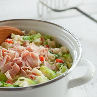 Voorbereiding: Pel en snipper de ui fijn. Verwijder de zaadlijsten van de paprika en snijd het vruchtvlees in blokjes.  Bereiding: Breng in een pan 3
