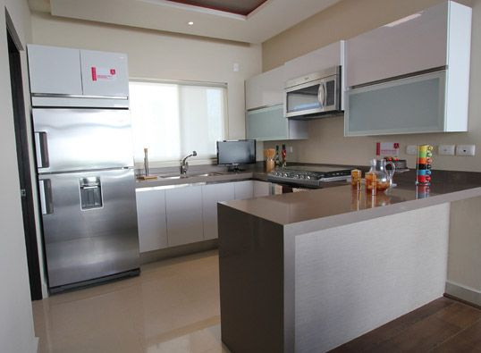 Cocina en tonos ivory blanco y refrigerador color for Cocinas integrales modernas con barra