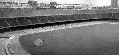 El nuevo campo: Fue inaugurado en 1957 luego que FC Barcelona abandonara el estadio Les Corts dada la multitud que comenzó a asistir a sus partidos con la presencia de Ladislao Kubala en el equipo; el Camp Nou fue sede de la Eurocopa 1964, del Mundial 1982 y de la final del torneo olímpico de 1992. La foto corresponde a su apariencia previa a la remodelación (y ampliación) que se realizó para el Mundial. Actualmente posee una capacidad de 98.800 espectadores sentados
