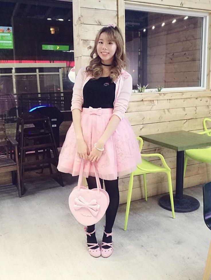 teapartylikearockstar:  A casual-ish Blackpink coord for getting bingsu   Cardigan skirt purse: Angelic Pretty  Cutsew: Ank Rouge  Everything else is offbrand