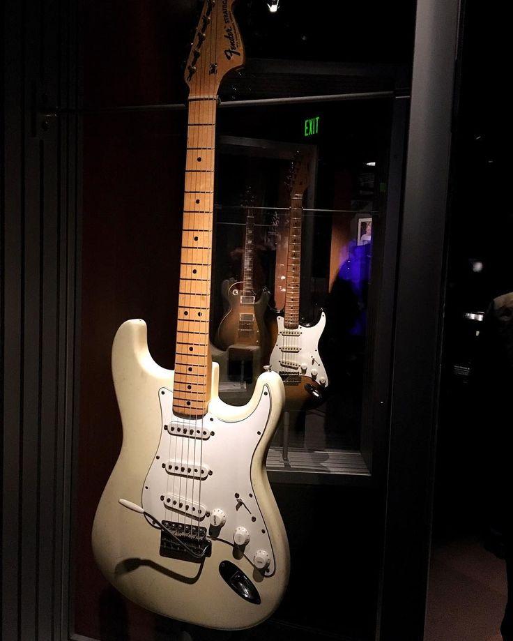 Après l'exposition de Nirvana un autre artiste local est souvent présent au MoPOP Jimi Hendrix. Ici sa guitare qu'il a utilisé à Woodstock en 1969. Elle ferait parti de la collection privée de Paul Allen (qui a créé le MoPOP) depuis 1998. Malgré ce que tout le monde pense Jimi Hendrix n'est ni de San Francisco ni d'Angleterre mais de Seattle WA où il est né en 1942 et a grandit.   After the Nirvana exhibit another local artist is well represented in the @mopopseattle  Jimi Hendrix. Here is…