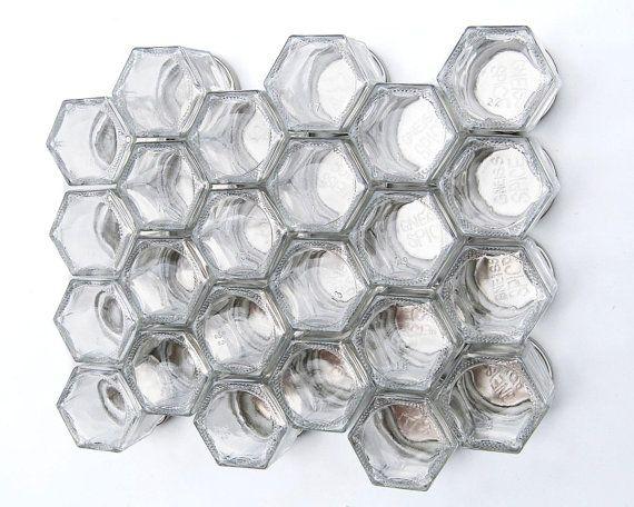 """DIY magnetische kruidenrek voor koelkast (24 lege 1.5 oz potten, duidelijk 1"""" etiketten en keuze van zilveren, gouden of zwarte deksels)."""