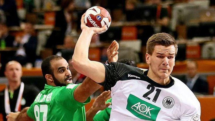 Viel Platz hat Erik Schmidt am Saudi-Kreis. Er setzt sich gegen Alzaer durch und erzielt eines seiner acht Tore - Handball-WM: Fußball-Weltmeister machen Handball-Stars Mut http://www.bild.de/sport/mehr-sport/handball-wm/fussball-weltmeister-machen-handballern-mut-39484026.bild.html
