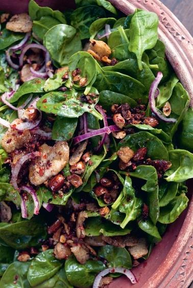 """Een heerlijke salade van jonge spinazie, dadels en amandelen uit het nieuwste boek van Yotam Ottolenghi, """"Jeruzalem"""". Kijk hier voor dit recept, of een van de andere recepten: http://www.fontaineuitgevers.nl/wp/wp-content/uploads/9789059564664-Jeruzalem.pdf"""