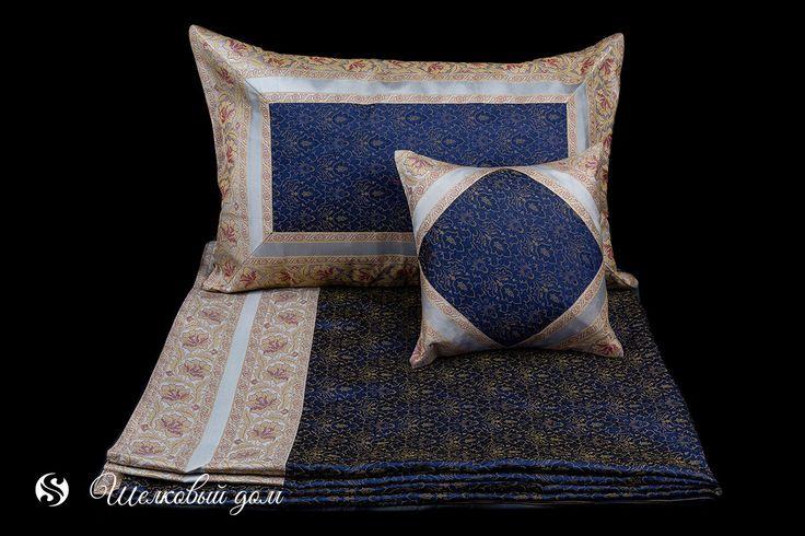 Покрывала : Темно-синее шелковое покрывало с серебрянной и золотисто-бордовой каймой с вышивкой