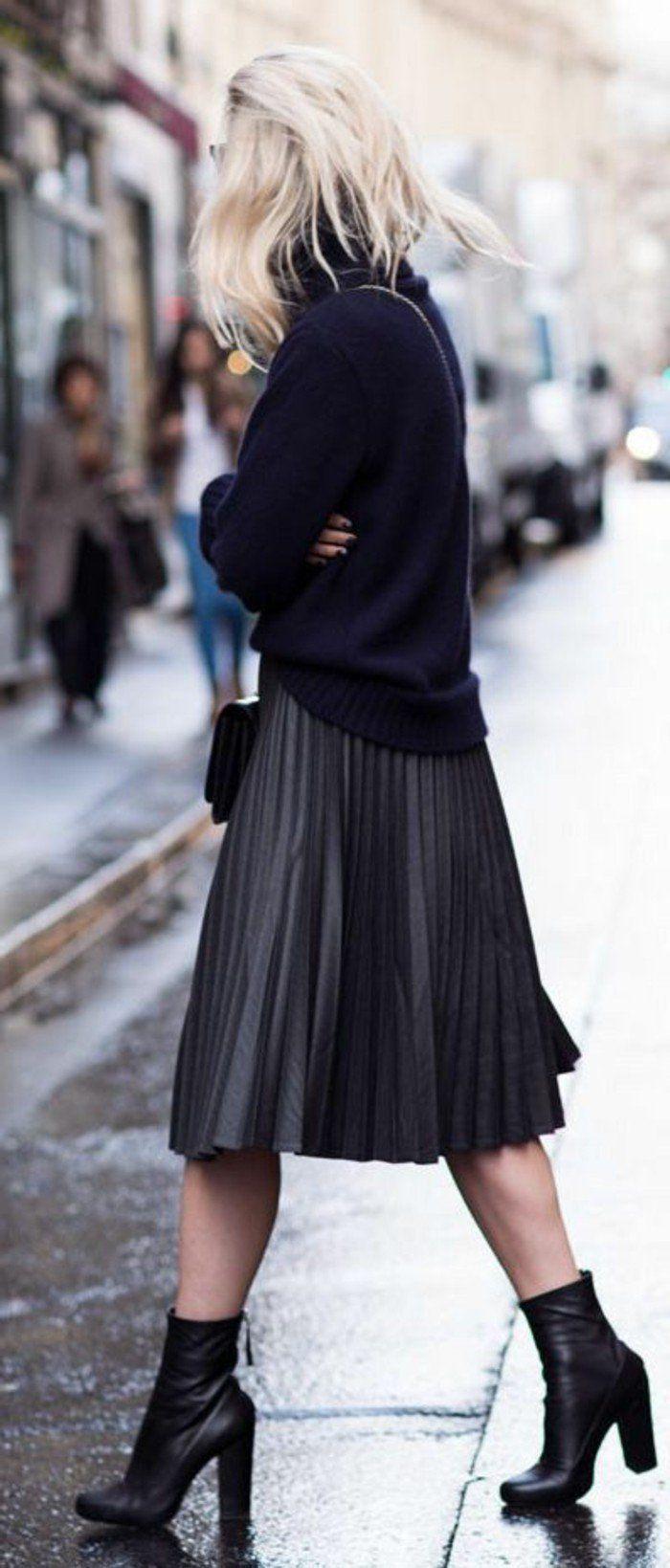 jolie jupe plissée grise, blouse bleu foncé cheveux blonds