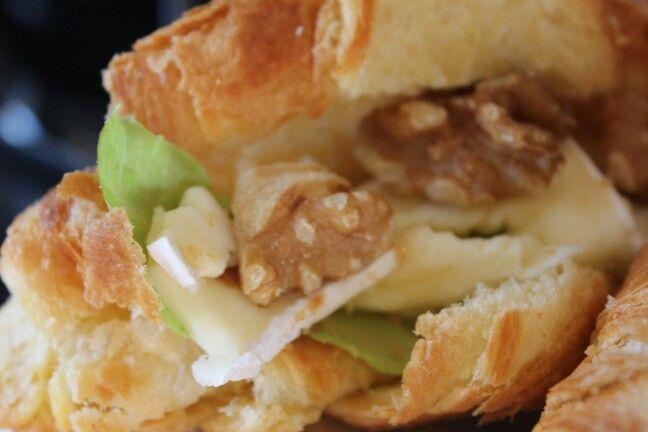 Lunch: Walnoten, brie, sla, honing, croissant.