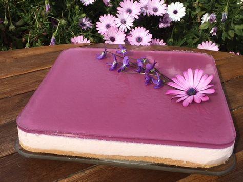 Buenos dias¡¡ Os presento esta tarta original, por su delicado sabor a violetas y fácil, que preparé para el cumpleaños de mi hija. Todos me preguntaron si era de compra, y sobra decir el gran éxito que tuvo. INGREDIENTES Base – 175gr. de galletas – 60gr. de mantequilla (a temp. Ambiente) Relleno – 150gr. de …