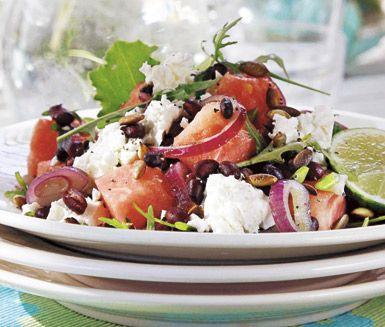 Har du inte provat feta- och melonsallad ska du göra det. En ljuvlig, fräsch och oväntad smakkombination som är en riktig höjdare till grillat på sommaren!