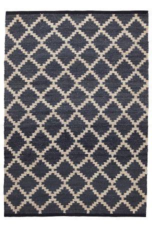 Käsinkudottu siniharmaa matto luonnonkuituja, ihana rakenne. Hamppua, loimi juuttia. Painettu kuvio. Imurointi. Tahrat saa helposti pois kostealla liinalla. Käsinkudotut matot ovat ainutlaatuisia, joten niissä voi olla pieniä eroja. <br><br>Turvallisuuden ja mukavuuden vuoksi käytä liukuestemattoa, joka pitää maton paikallaan. Liukuestematosta saatavana monta eri kokoa. <br><br>100% hamppua<br>Imurointi