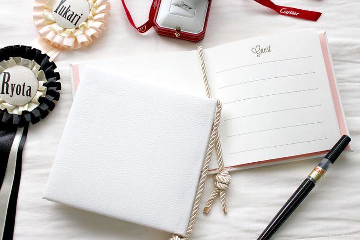 素材は全て100均の手作りの芳名帳の作り方。名前を書く中紙のテンプレートも作ってみたので配布します。厚紙と布と画像紙を画像の通りカット。背表紙部分に厚紙(7×154mm)を両面テープで貼り付け。表紙用切った厚紙(154×154mm)とキルト綿を重ねて…ひっくり返して表紙の布とサンドイッチ状態にします。背表紙の厚紙との間に3~4mm隙間を空けてください。厚紙とキルト綿を包むように貼り付け。好きな色の画用紙を両面テープで貼り付けしたら、表紙は完成!