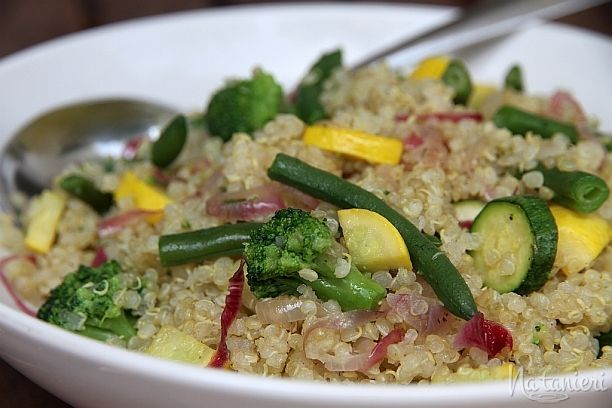 šalát z quinoy a sezónnej zeleniny