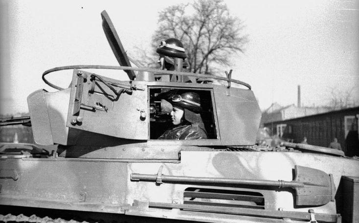 Orczy-kert, Ludovika garázsok, MÁVAG gyártmányú 38M Toldi I könnyű harckocsi.
