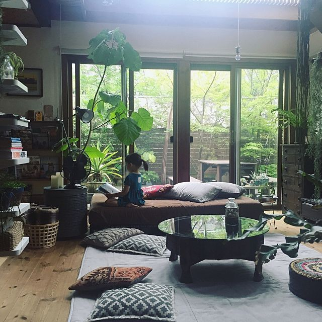 女性で、Otherの植物のある暮らし/テラリウム/アガベ/扇風機/ベルメゾン/いなざうるす屋さん…などについてのインテリア実例を紹介。「リビングをちゃぶ台仕様にしてみました。  庭の新緑達もイキイキ。 葉が風に揺れて、さわさわ〜〜となる音に癒されます^ ^」(この写真は 2016-05-25 15:35:35 に共有されました)