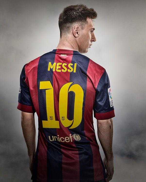 Lionel Messi hij voetbalt bij FC Barcelona. Hij is erg goed en staat bekend als la pulga.