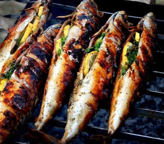 Скумбрия приготовленная на гриле.  Очень многие любят копченую рыбу, но такая рыбка хоть и вкусная, но не полезная.  Все знают о том, что рыба очень богата витаминами, для того что бы их сохранить, нужно правильно приготовить нашу рыбу. Поэтому мы сегодня будем готовить рыбу на гриле. Скумбрия приготовленная с дымком, не совсем конечно копченая рыба, но зато очень полезная и вкусная. Рецепт: https://plus.google.com/+SagaRu/posts/HdVm8r3H6yH