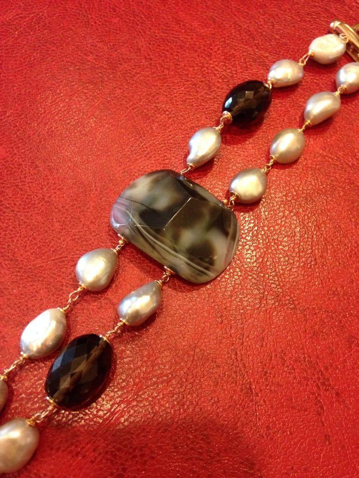 Bracciale  di perle scaramazze grigie, con laterali di topazio cognac sfaccettato e centrale di agata Botswana sfaccettata. L'intero gioiello e' rilegato a mano con argento 925% rodiato in oro rosa 750%. #gioielli #artigianali #perle #oro