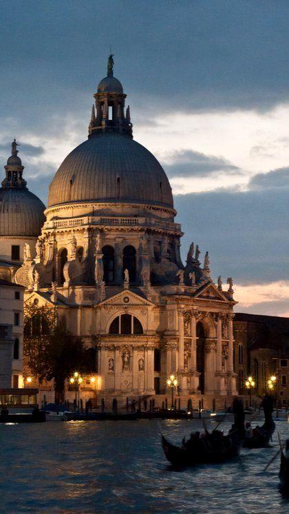La Basílica de Santa María de la Salud desde el Gran Canal de noche Venecia