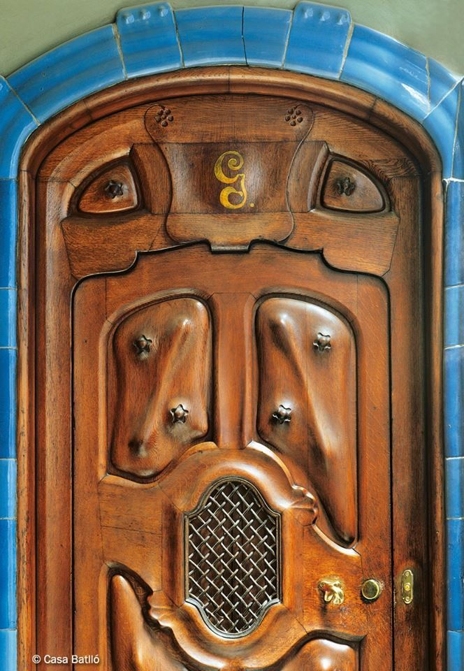 qu tendr la casa batll que hasta las puertas parece que tengan vida