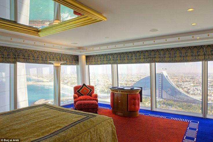 Отель «Бурдж-эль-Араб» располагается на искусственном острове. Из его номеров открывается потрясающий вид на Дубай. #Дубай #ОАЭ #отели #красиво #роскошь