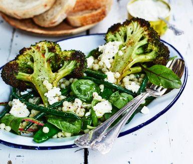 Ljummen sallad med broccoli, bönor, pärlcous-cous och avokadodressing | Recept ICA.se