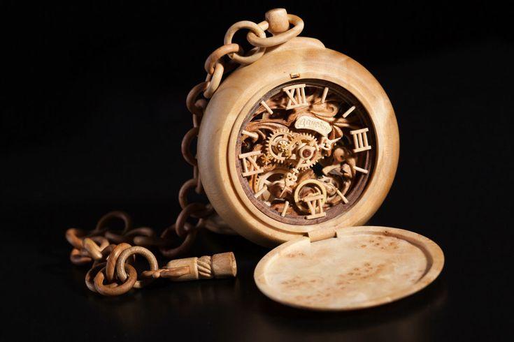 ウクライナ出身のValerii Danevychさんという独立時計師さんの懐中時計。ゼンマイ以外はすべて木でできてる。童話にでできそうな温かい、素敵な時計。