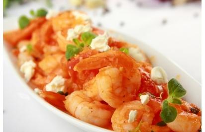Smażone krewetki z sosem pomidorowym i fetą - przepis z portalu Przepisy.pl