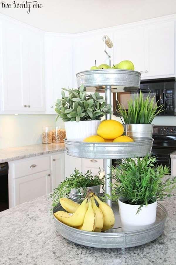 Un plateau à étages pour mettre encore plus de fruits et de plantes aromatiques. 14 Idées de génie pour gagner de l'espace dans une petite cuisine
