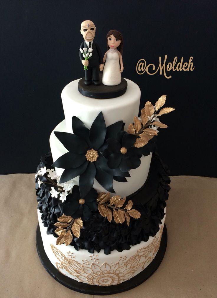 Pastel de diseño en blanco, negro y dorado para Boda, con muñequito de Eddie Trooper // Black, white and gold wedding cake with Eddie Trooper cake topper