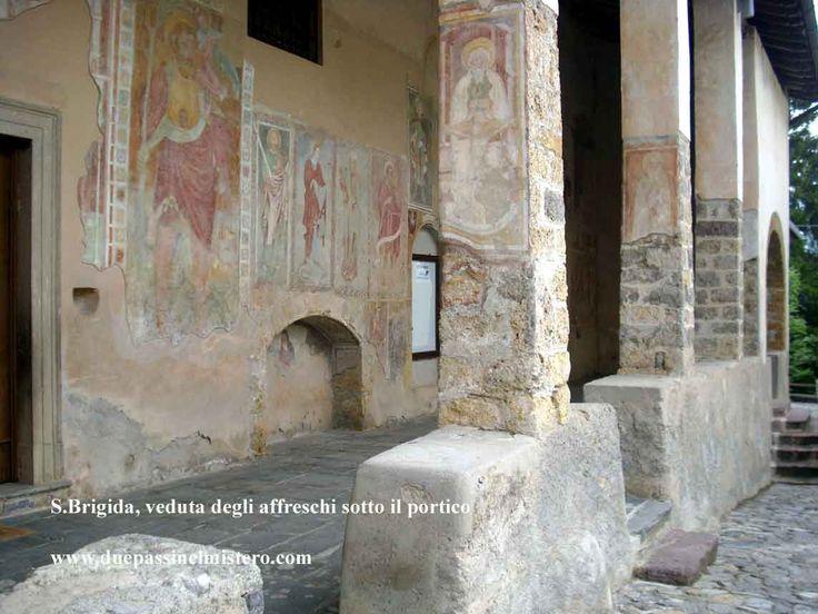 Santuario della Beata Vergine Addolorata di Santa Brigida (Bergamo, Italia) - il suggestivo portico laterale con gli affreschi di Angelo Baschenis
