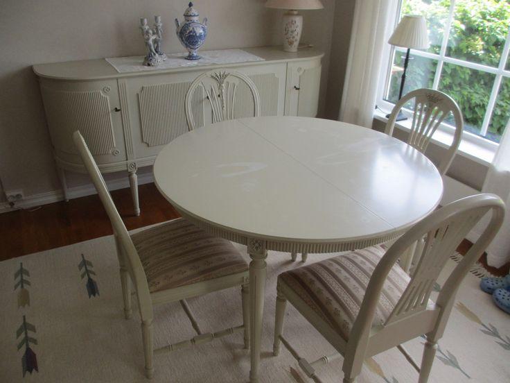 FINN – Gustaviansk Spisestue med 6 stoler.(1 med armlener)og skjenk. Farve offwhite.