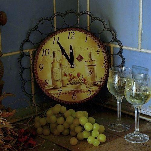Čas na víno - drátované hodiny Posaďte se a vychutnejte si sklenku vína s těmito nádhernými hodinami.   Hodiny s motivem hroznů a vína jsou ozdobené černou drátěnou krajkou. Průměr hodin je 24 cm, celkový průměr 33 cm. Hodiny zasílám jako křehké zboží.Černý drát může ve vlhkém prostředí rezivět a hodiny získají nádhernou patinu.