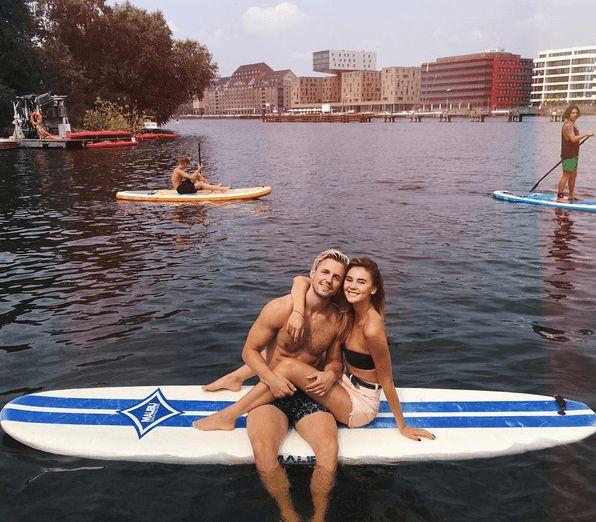 So in love! Stefanie Giesinger und Marcus Butler haben fürs Turtel-Foto kurz das Paddeln vergessen.