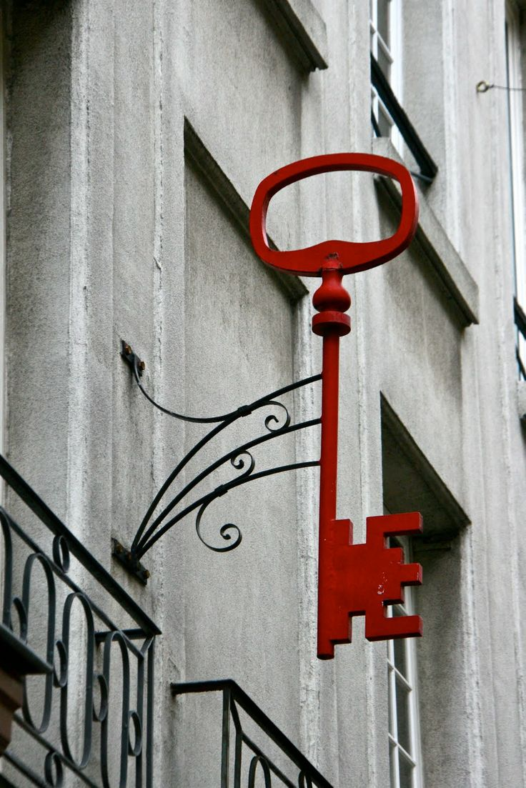 Rótulo en forma de llave, llama la atención su tamaño y su color rojo. Fernando Roncero