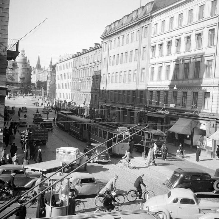 Vasagatan norrut från Kungsgatan. Två poliser står vid en kur i korsningen