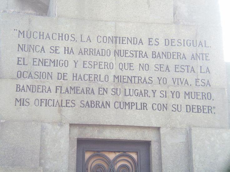 Famosa arenga de Arturo Prat antes del combate naval de Iquique, escrita en el pedestal de su monumento en Santiago de Chile