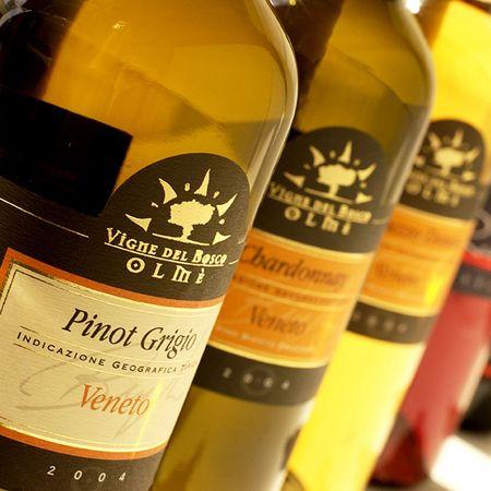 immagine packaging Vigne del Bosco Olmè. Grafica H&P di Treviso progetta il design di etichette vini e liquori autoadesive in bobina. Realizza la grafica del Pack per bottiglie in vetro e alimentari in genere.