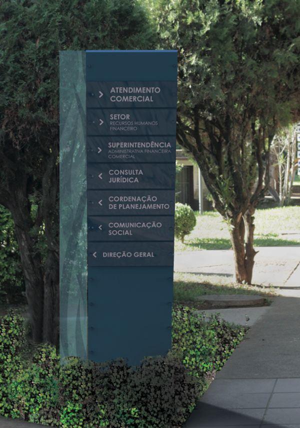 Projeto da sinalização e de parte do mobiliário urbano da Praça DMAE (Departamento Municipal de Águas e Esgotos), em Porto Alegre, desenvolvido pelas alunos Guilherme Gonçalves, Laura Spina e Simon…