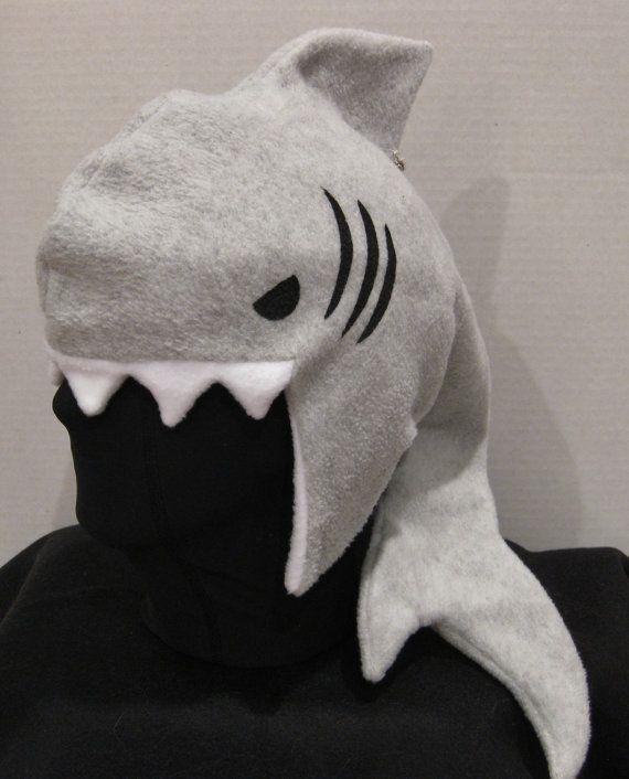 Sombrero de tiburón gris Ultrasoft paño grueso y suave con un independiente señaló aleta dorsal, larga cola que puede descansar en el hombro o por la espalda mientras que usted elige, blanco paño grueso y suave de la guarnición, los dientes afilados de tiburón y diseñará mano negro ojos