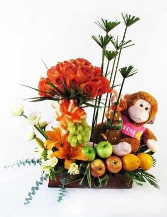 Hermoso arreglo floral de rosas, lirios y anturios con deliciosas frutas, peluche y bebida hidratante.