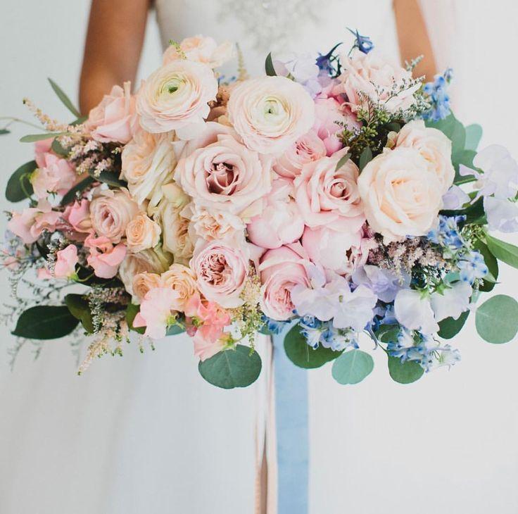 結婚式のブーケ、なんとなく好きなタイプは想像できるけれど、どんな色合いでどんなスタイルでどの種類のお花がいいのか、、、迷ってしまいますよね。 そこで今日は、春の結婚式のウェディングブーケにおすすめの花材と、その花言葉をまとめました。これから春の結婚式ブーケをお考えの花嫁さまの参考になりますように。。。☺ 「春」結婚式の花嫁さまに見て欲しいウエディングブーケ12選 DIYウエディング「カスミソウの花冠」♡ 簡単に出来ちゃう手作り方法  1.チューリップのブーケ チューリップは、冬〜春にかけていろんな種類が市場に出てきます。 色も白、ピンク、ピーチ、ラベンダー、黄色、オレンジ、紫、グリーンと豊富に揃っています! 花言葉 : 博愛・思いやり 普通のチューリップも可憐で可愛いけれど、おすすめは花びらにフリルのあるフリンジチューリップや、花びらが多いダブルチューリップ。 ユニークさが少し欲しいときには、パロットチューリップも素敵ですよ♡ 出典:https://www.oncewed.com/   2.シャクヤクのブーケ 大きく咲くシャクヤクは、ウェ...