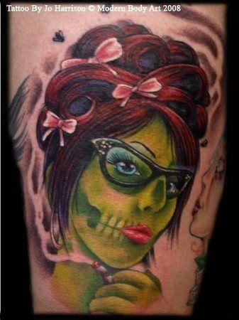 Tatouage De La Tete D Une Femme De Zombie Avec Des Lunettes Typiques
