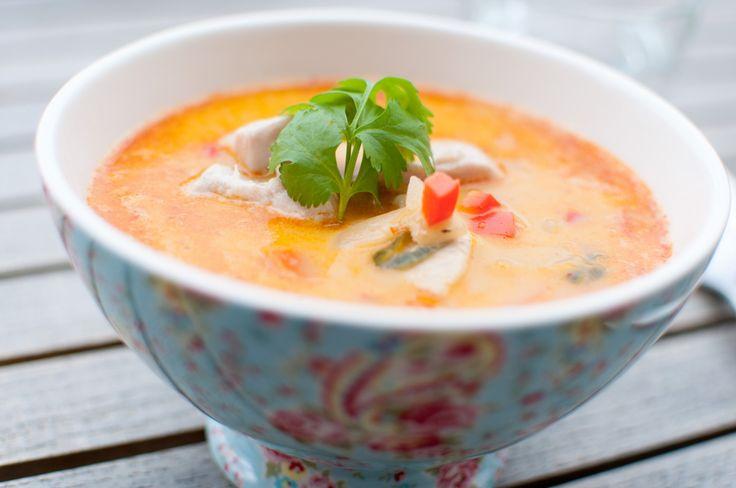 Denne gryta er rett og slett ein variant av denne godespicy kyllingsuppamed kokosmjølk og karri. Utan å jamne den til ei glatt suppe med stavmiksar endar du opp med denne varianten, som er...